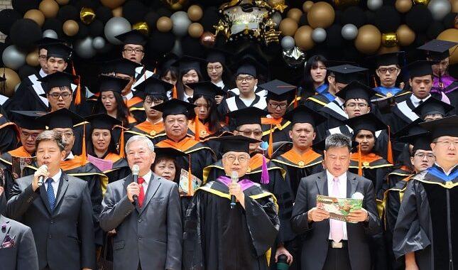 北科大校長王錫福(前排中)、經濟部長沈榮津(左二)與貴賓帶領畢業校友合唱校歌