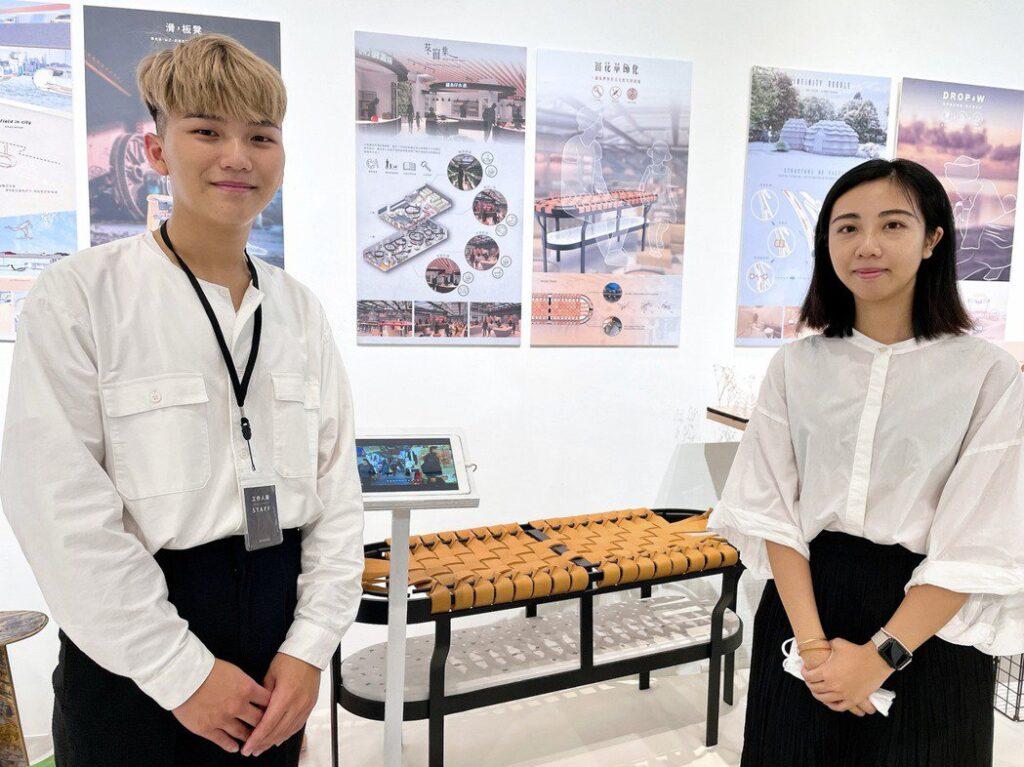 顏漢辰(左)、周樂敏運用皮革打造親子共編的公共座椅,致敬古宅窗花歲月美學。