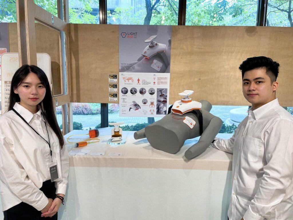 郭馨媛(左)、倪偉星設計LIGHTAID,救人更省力、CPR急救更持久。